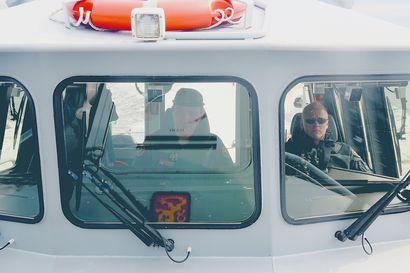 Hailuodosta lähtenyt veneseurue eksyi Perämerellä – ukkosrintaman aallokko nostatti veneeseen paljon pärskevettä, sijaintikin oli hukassa