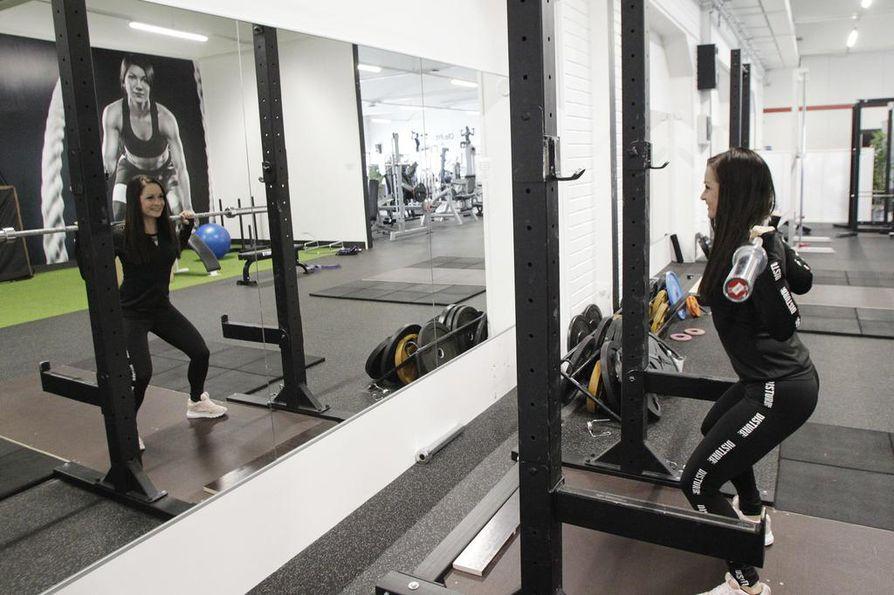 Oma kuntosali samassa kiinteistössä toisen oman yrityksen kanssa helpottaa Tiina Skinnarin harjoittelua.