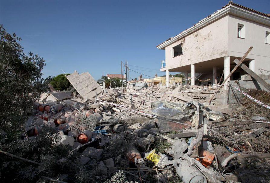 Talo, jossa Alcanarin kaasuräjähdys tapahtui, vaurioitui pahoin. Poliisi epäilee, että räjähdys liittyi pommin rakentamiseen.
