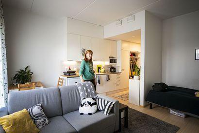 Annastiina Lääverin opiskelijayksiöön mahtuu sohva, sänky ja rakasta tilpehööriä  – Näillä vinkeillä luot pieneen asuntoon tilan tuntua