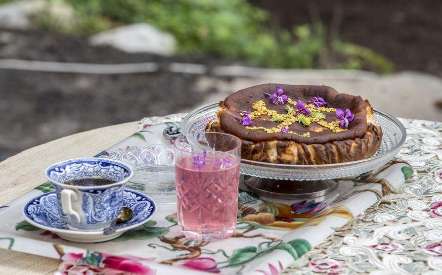 Juustokakussa on käytetty kuusenkerkkien kanssa muun muassa pekaanipähkinöitä ja inkivääriä.