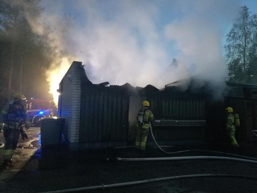Rajakylässä paloi autokatos keskiviikkoyönä.