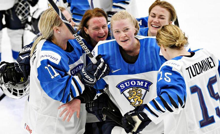 Suomen maalivahti Noora Räty oli huomion keskipisteenä voitokkaan MM-välierän jälkeen.