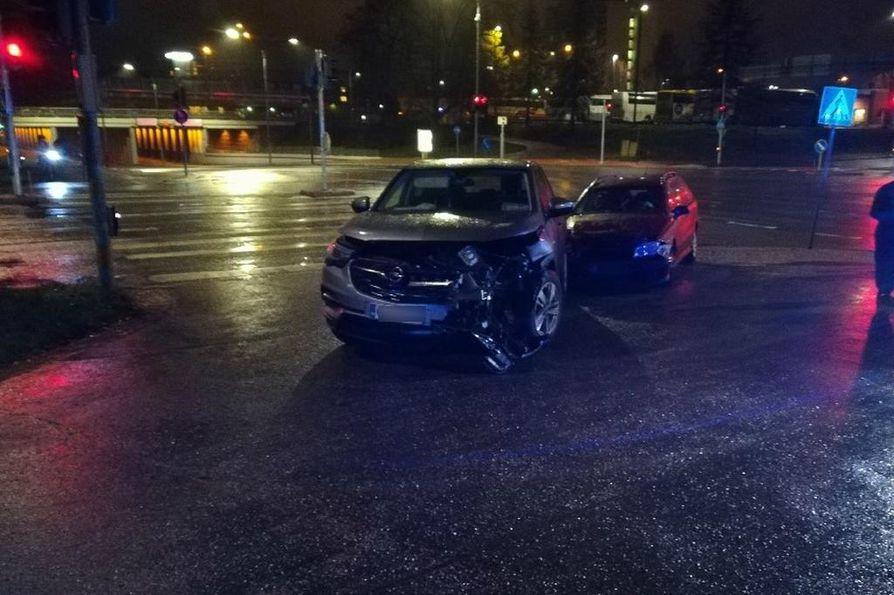Kahden auton välisessä kolarissa ei tullut pahempia henkilövahinkoja.