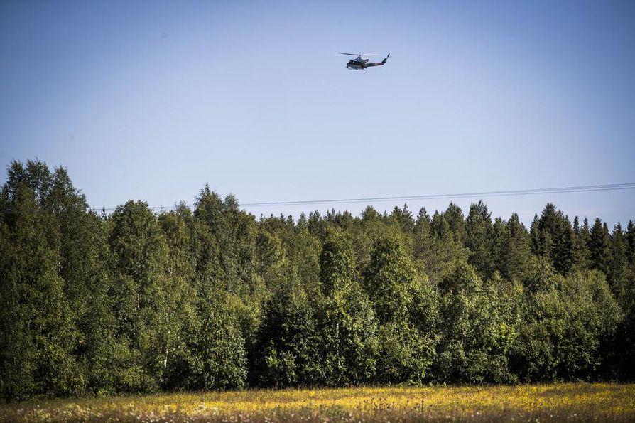Rajavartiolaitoksen helikopteri lenteli onnettomuuspaikan lähellä.