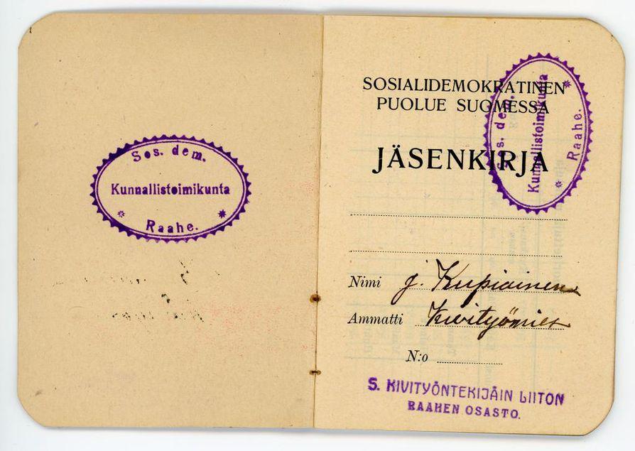 Sdp:n jäsenkirja vuodelta 1907 on itsenäistä Suomea vanhempi. Jäsenkirja on kuulunut raahelaiselle kivityömiehelle J. Kupiaiselle.