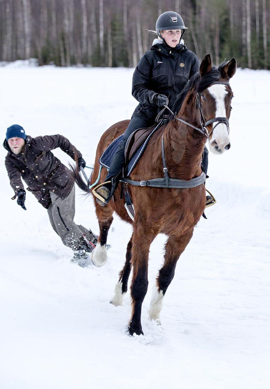 Liisa Sassi-Päkkilä nauttii hiihtoratsastuksen vauhdikkuudesta. Kalle Kaukola sen sijaan kruisailee laudalla paljon vauhdikkaammin rinteessä kuin hevosen perässä. Lautailijaa innostaa erityisesti yhteistyö ratsukon kanssa.