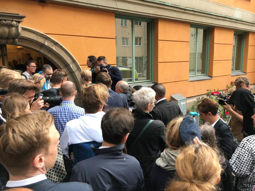 Useat tiedotusvälineiden edustajat jonottivat aamulla pääsyä oikeudenkäyntiin.