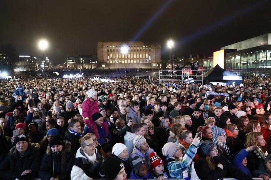 Helsingin Kansalaistorilla oli arviolta tuhansia ihmisiä odottamassa Huuhkajia.