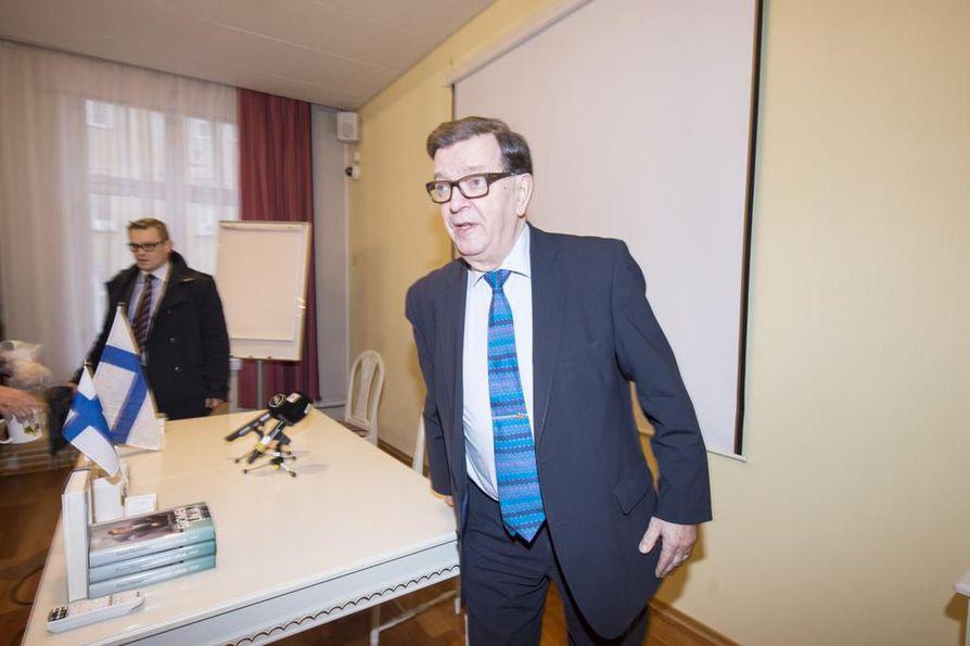 - Puoluekokous tekee valinnan, joten vain puoluekokous voi päättää ehdokkaiden vaalikelpoisuudesta, sanoo Paavo Väyrynen. Näin se on myös keskustan sääntöjen mukaan.