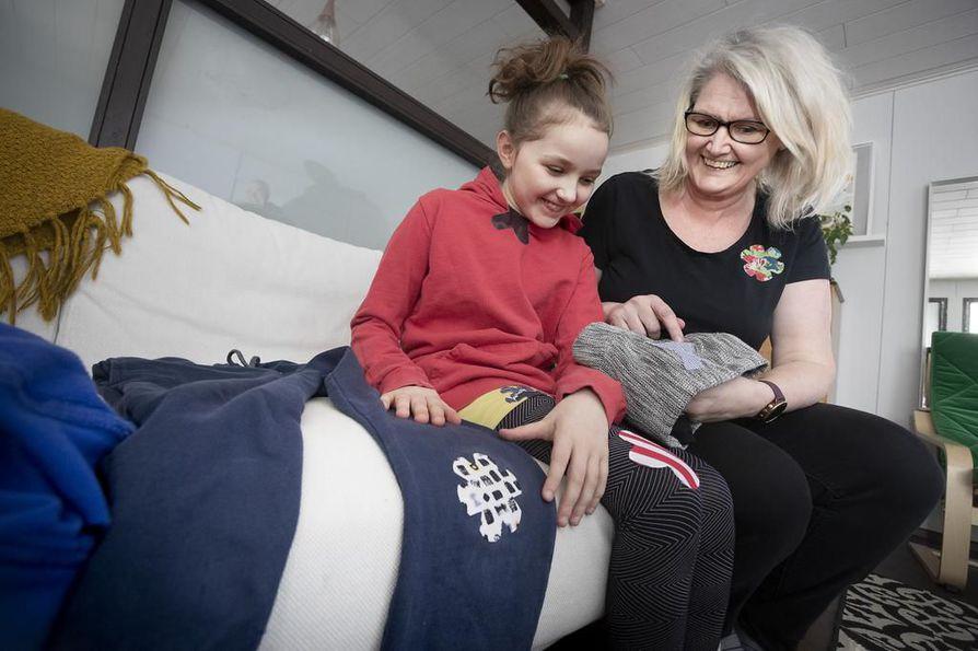 Jetta Liukkonen ja hänen tyttärensä Aimi Rohkimainen esittelevät vaatelaastareita, joilla voi kätevästi paikata reikiä tai vaikkapa peittää tahroja vaatteissa.