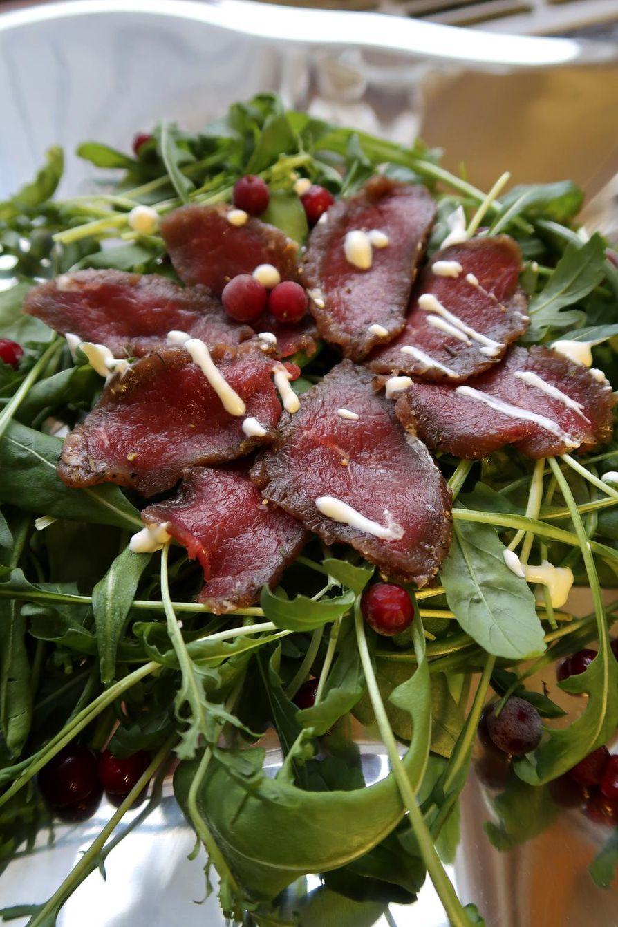 Peuran riimilihan voi tarjota salaattipedillä.