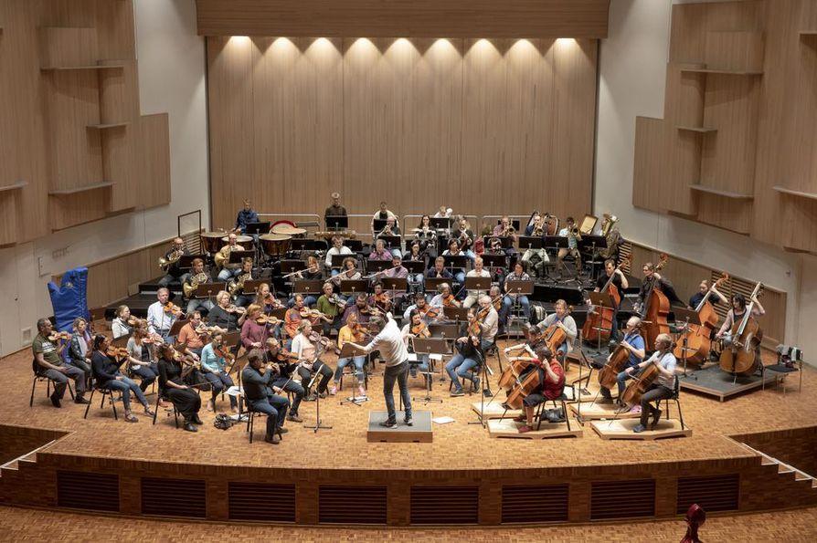 Tällä hetkellä Oulu Sinfoniassa on ulkomailta tulleita muusikkoja prosentuaalisesti jopa enemmän kuin Radion sinfoniaorkesterissa, eli tilanteesta riippuen noin 25–31 prosenttia orkesterin 61:n vakituisen soittajan kokonaismäärästä.