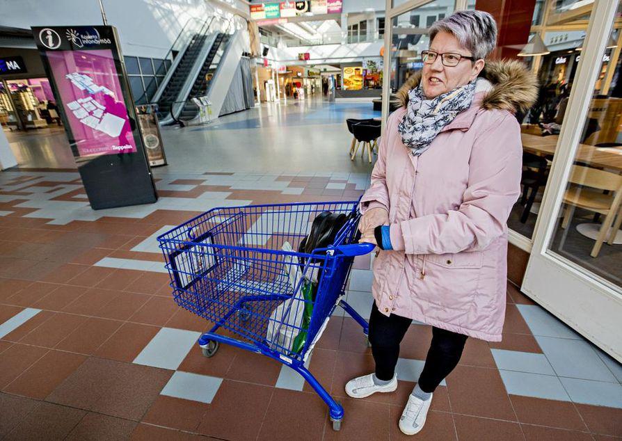 Sinikka Lehtosaari uskoo, että Juha Sipilän suosion taustalla oli tyytymättömyys hallituksen päätöksiin. Lehtosaari kertoo yllättyneensä perussuomalaisten kannatuksen noususta.