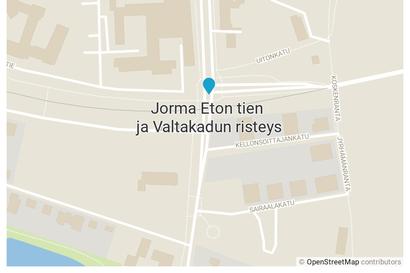 Rovaniemellä Valtakadun ja Jorma Etontien risteyksessä runsaasti vettä tiellä – sateet tulvimisen syynä
