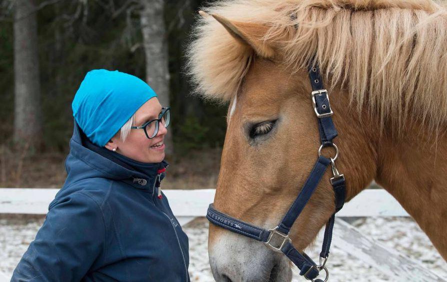 Luontoseteli-hankkeen projektipäällikkö Heidi Kotilainen kertoo, että Sotkamossa nuorten ongelmiin halutaan vastata luonnon rikkaudella. Myös eläinkontaktit vaikuttavat myönteisesti.