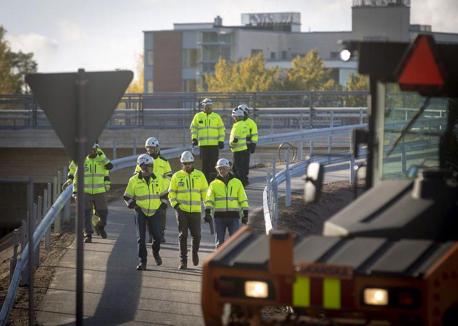 Poliisi painottaa, että nopeuksia on rajoitettu Pohjantiellä juuri autoilijoiden ja tietyömaalla työskentelevien turvallisuuden vuoksi.