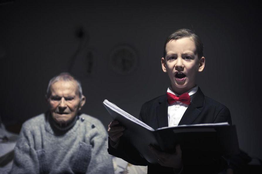 Iltahuuto saa Kaarlo Maneliuksen mietteliääksi. Anton Häkkisen totinen laulu on täynnä tunnetta ja voimaa.