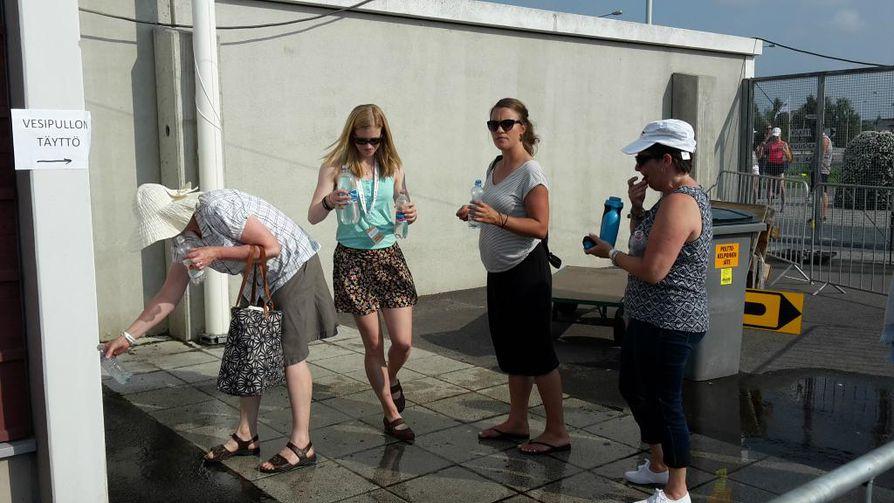 Eiliseen verrattuna Raatissa on näkynyt tänään enemmän hattupäisiä katsojia ja vesipisteelle virtaa tasainen jono.