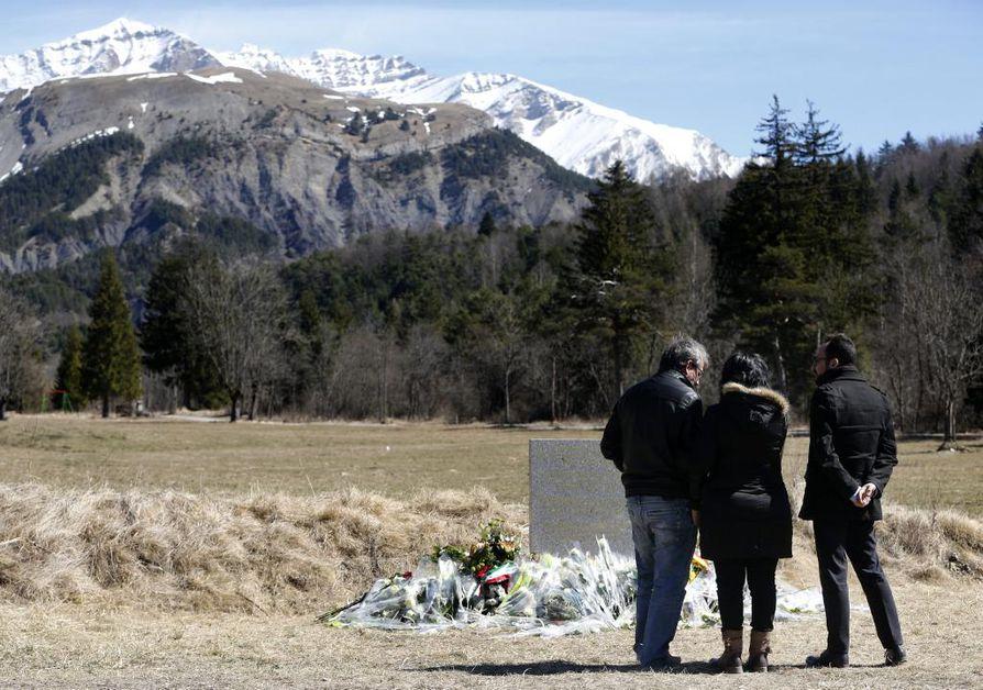 Sukulaiset ja ystävät surivat lentoturman uhreja Etelä-Ranskassa.