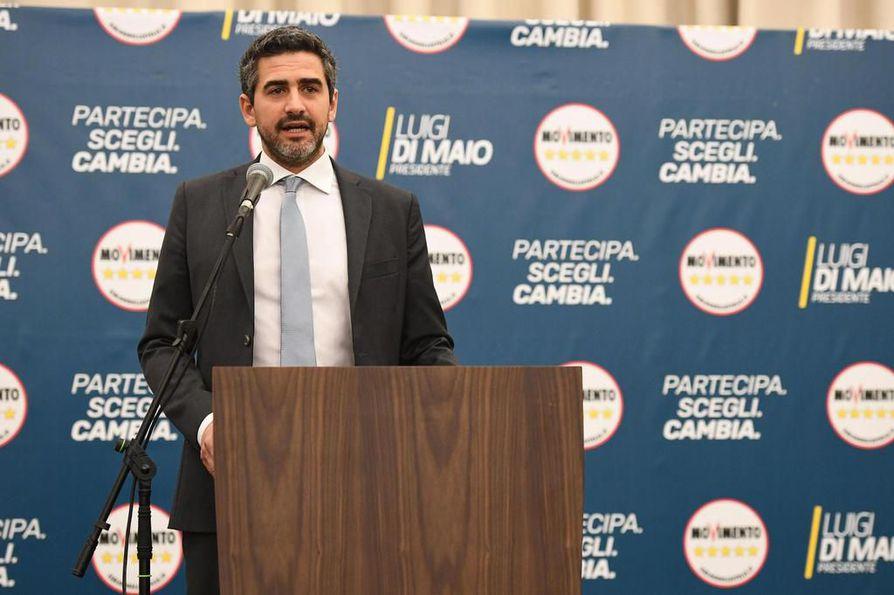 Viiden tähden liikkeen Riccardo Fraccaro tiedotustilaisuudessa. Liike on nousemassa suurimmaksi puolueeksi, mutta sillä ei ole enemmistöä.