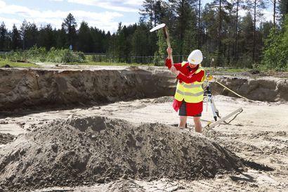 Kaisu Lehtinen-Nevalainen tarttui rivakasti kuokkaan – uuden paloaseman rakentaminen käynnistyi Taivalkoskella