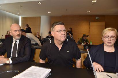 """Ex-poliisipäällikölle Jari Aarniolle ja ex-rikollispomo Keiju Vilhuselle luettiin murhasyyte – Syyttäjä: """"Harvinainen ylitörkeä murha eli palkkamurha"""""""