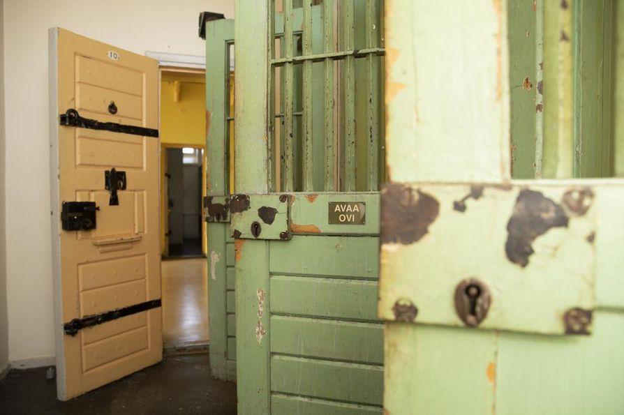 Avaa ovi, lukee kalteriovessa Hämeenlinnan Vankila-museossa.