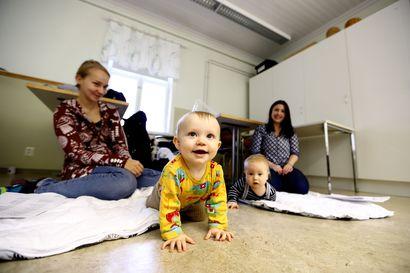 Vauvojen sanataideryhmässä huoltajat ja lapset voivat tutustua toisiinsa
