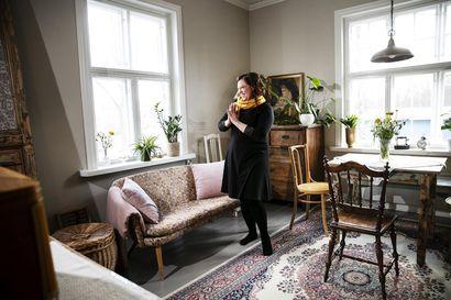 Outi Lehtonen sai omakseen kylän kauneimman talon, jota oli ihaillut kaukaa – Aluksi hän asui terassilla ja remontoi kaksi ensimmäistä huonetta