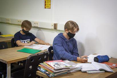 """Fuengirolan Kotikoulun kaikki neljä oppilasta ovat nyt kempeleläisiä – ensi viikolla lakeudelta tulee luokkaan vielä kaksi oppilasta: """"Nyt voi puuttua jokaiseen esille tulevaan yksityiskohtaan"""""""