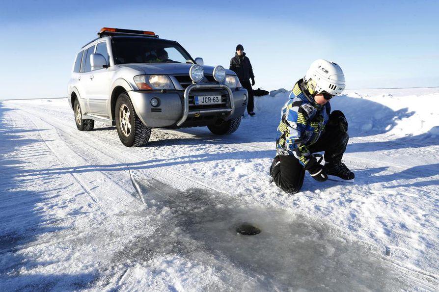 Taavi ja Konsta Oksanen nauttivat upeasta säästä vielä keskeneräisellä luistelureitillä Oulunsalon ja Hailuodon välillä.