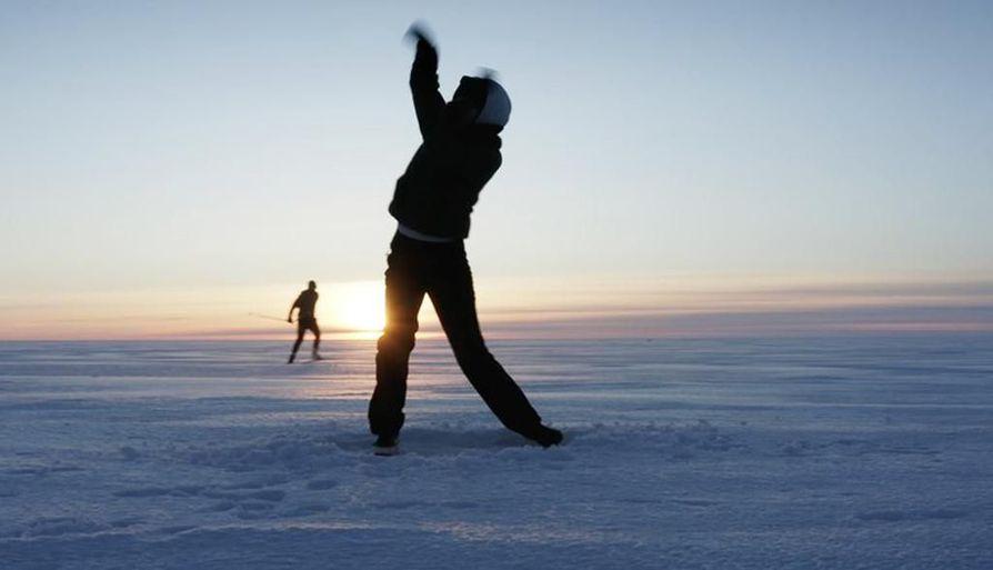 Musiikkivideolla on mukana hiihtävä solisti, kaira- ja kitaramies sekä kahdeksan katutanssijaa.