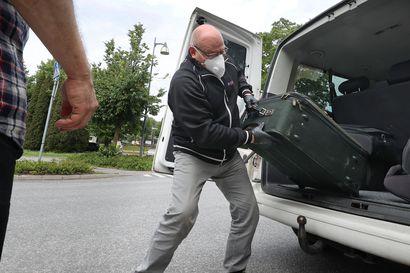 Jukka Jyrkinen on kuljettanut korona-aikana jo yli 900 ihmistä itärajan yli – muistissa ovat rajalla rautoihin pantu matkustaja, tuhkattu vainaja ja käännytykset