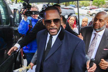 Laulaja R. Kelly todettiin syylliseksi useisiin seksuaalirikoksiin – tuomio saattaa olla elinkautinen