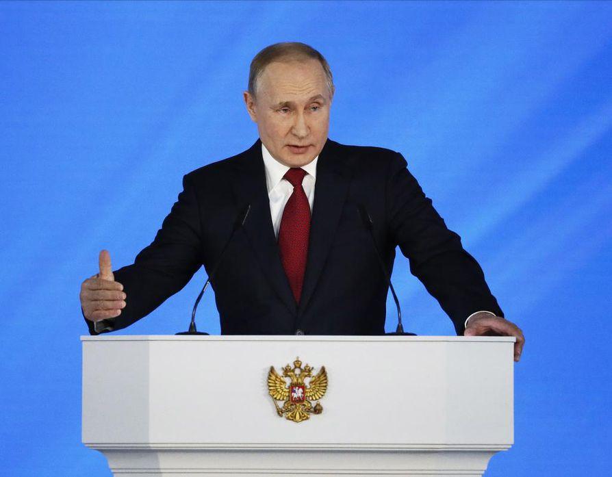 Presidentti Vladimir Putin käyttää vuotuista puhettaan kansakunnan tilasta suosionsa kasvattamiseen. Puheen alkupuoli täyttyi lupauksista lapsiperheille.