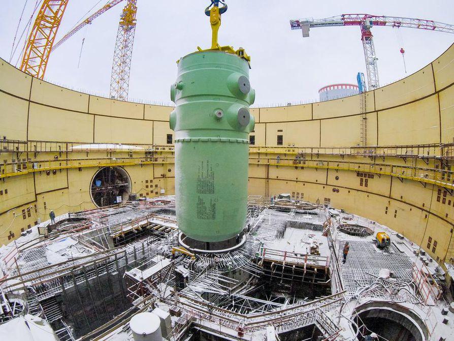 Ydinreaktorin paineastia nostettiin reaktorirakennukseen Leningrad 2 -ydinvoimalaitoksen toisen yksikön työmaalla Sosnovyi Borissa Venäjällä viime vuoden lopussa. Lähes 350 tonnia painavan ja 11 metriä korkean paineastian asennuksesta vastasi Titan-2, joka toimii pääurakoitsijana myös Pyhäjoen Hanhikivi 1 -ydinvoimalahankkeessa.