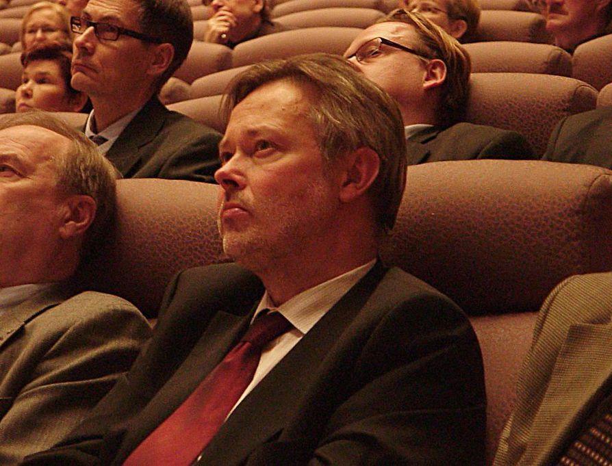 Työ- ja elinkeinoministeriön yli-insinöörin Jorma Aurelan   mukaan Fennovoiman on tutkittava varsinaisen ydinvoimalaitoksen sijoituspaikkakunnan eli Pyhäjoen tai Simon soveltuvuus loppusijoitukseen.