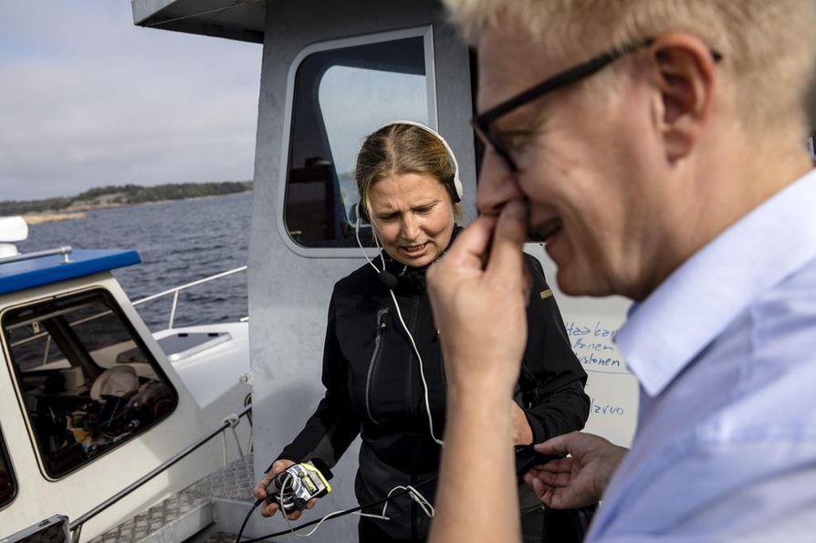 Meriarkeologi Minnan Koivikko ja Kimmo Tiilikainen kuuntelevat, mitä sukeltajat juttelevat matkalla alas puistoon.