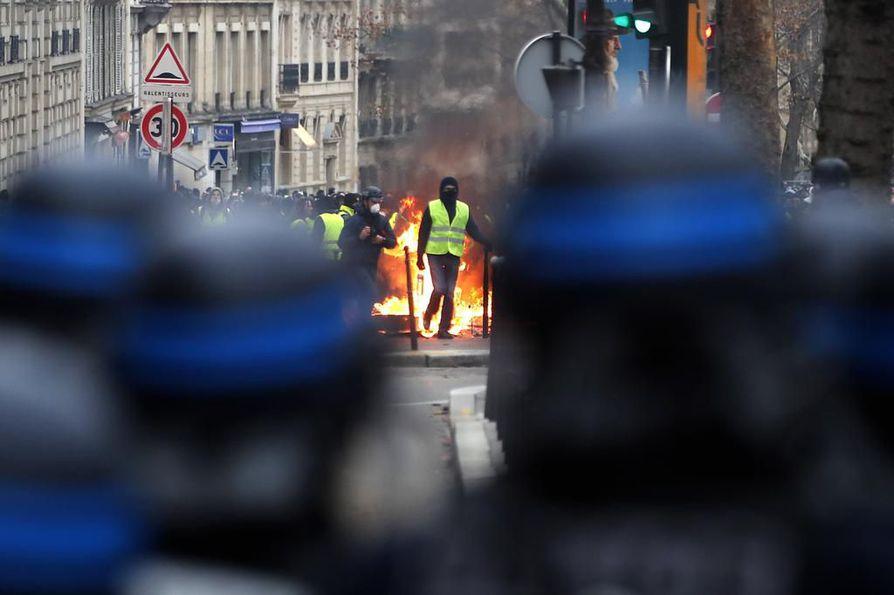 Polttoaineen veronkorotuksia vastustaneet keltaliivit vaativat nyt myös laajempia parannuksia pienituloisten elinoloihin. Lauantaina Pariisissa mielenosoittajat sytyttivät useita tulipaloja.