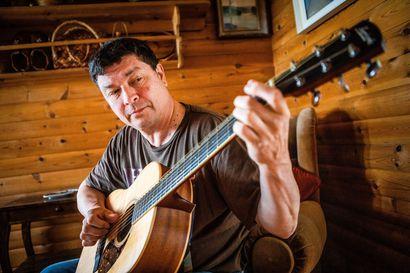 Nuorena Arto Tiesmaa unelmoi rocktähteydestä – sen sijaan hänestä tuli laulava tullimies, jota Tornionlaakson kansalliseepos odotti 344 vuotta