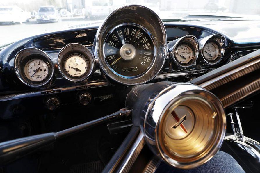 Kilometrejä on vaikea seurata jenkkiautossa, sillä mittaristo näyttää vain maileja.