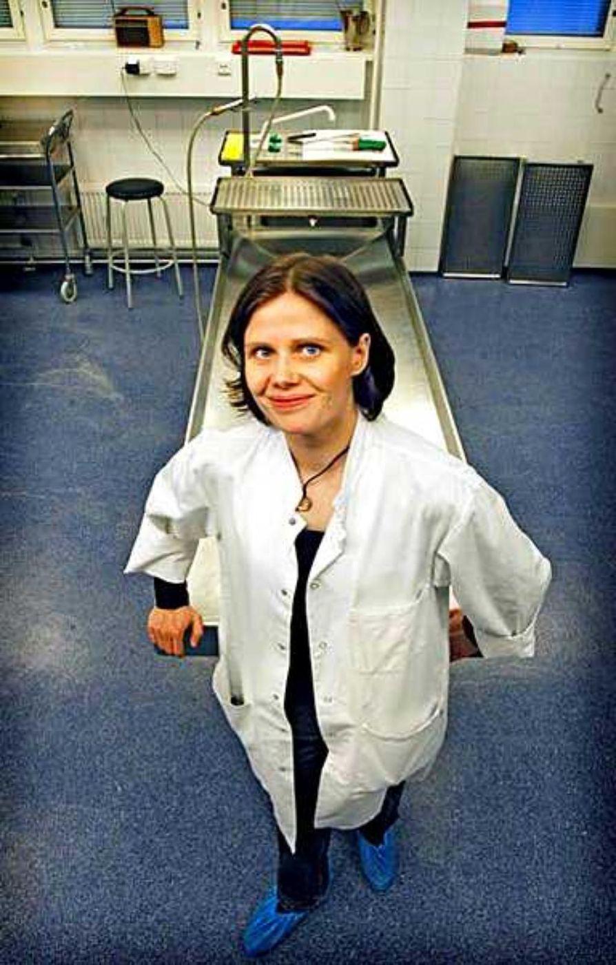 Saila Kauppila näkee avauspöydällä usein sairauksien runtelemia vainajia. Patologille heistä avautuva tieto auttaa kehittämään hoitoa.