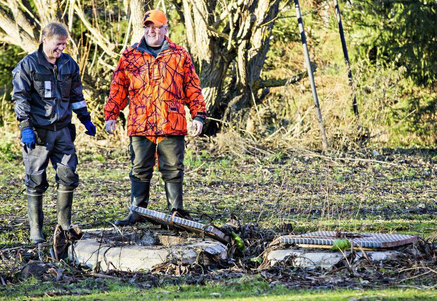 Jätevesiremontin eräpäivä on tänään, jolloin kaikissa haja-asutusalueiden kiinteistöissä ja mökeissä pitäisi olla lainmukaiset jätevesijärjestelmät käytössä. Jätevesiasetus on puhuttanut maaseudun asukkaita paljon vuosien varrella. Tässä tyrnäväläinen Heikki Juntunen (vas.) ja naapurinsa Raimo Kukkohovi tarkastelivat Juntusen pihan sakokaivon tilannetta marraskuussa 2015.