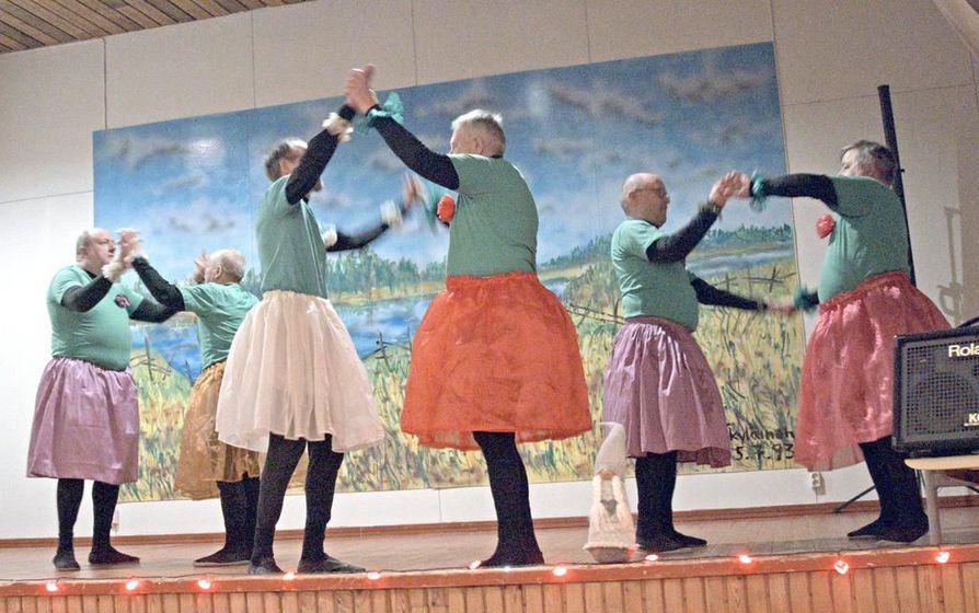 En Ala -äijäbalettiryhmä on syntynyt Suomi-Venäjä-seuran Oulun osastossa ja esiintynyt vuosien mittaan usein Venäjällä. Tässä ollaan Ruusuvalssin pyörteissä Moskovassa viime marraskuussa.