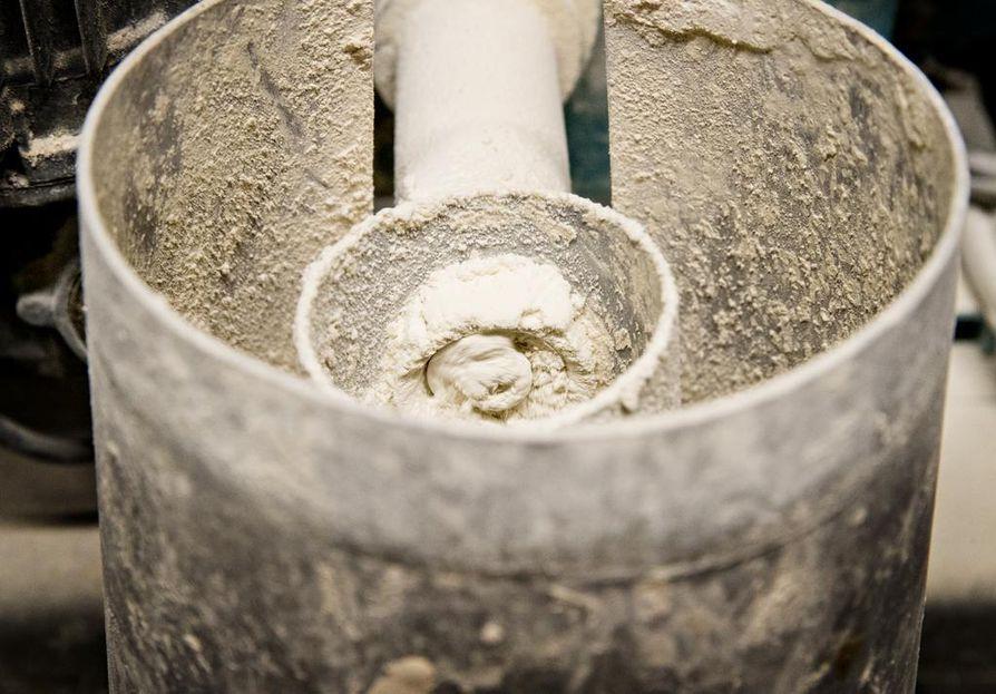 Veteen lisätään kalkkia puhdistusprosessin eri vaiheissa. Kalkin avulla säädellään veden pH-arvoa ensin saostuskemikaalille sopivaksi ja lopuksi kuluttajia miellyttäväksi.