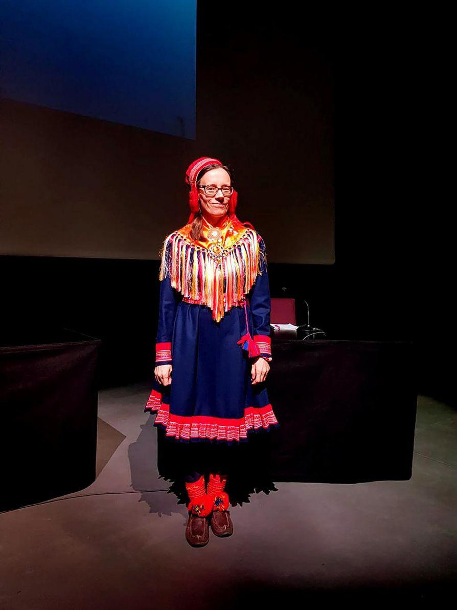 Sigga-Marja Magga väitteli itse tekemässään puvussa. Pukuun kuuluva lakki on Maggan serkun ja huivi siskon tekemä.