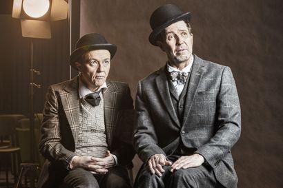 Mika Nuojua ja Martti Suosalo näyttelevät pääosat Beckettin näytelmässä Huomenna hän tulee – ohjaaja on sama Pentti Kotkaniemi kuin huippusuositussa irkkukomediassa Kiviä taskussa
