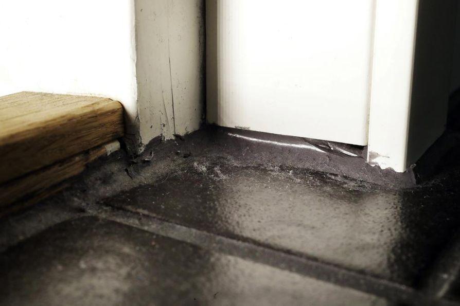 Kuvan puinen kynnys on yrityksen remontin aikana kylpyhuoneen ovelle tekemä kynnys, jota ei kuitenkaan ole tehty hyvän rakennustavan mukaisesti. Yritys haluaisi korjata sen silikonilla.