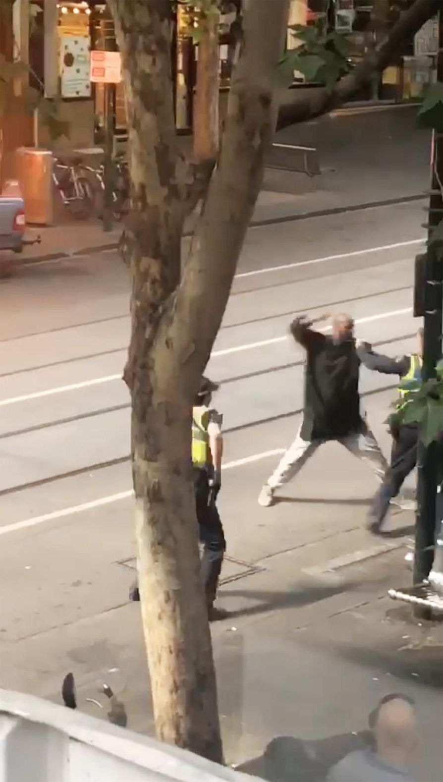 Videokuvassa näkyy miten mies hyökkäsi puukon kanssa poliiseja kohti Melbournessa perjantaina.